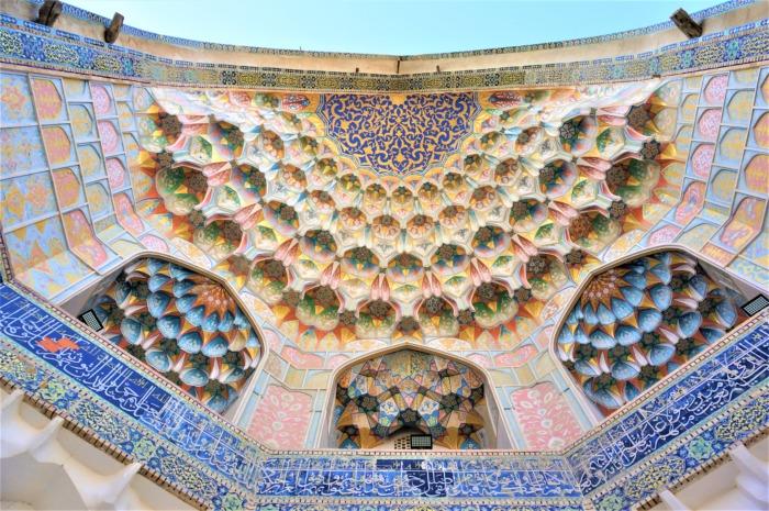 カラフルな装飾がきれいなブハラのメドレセ