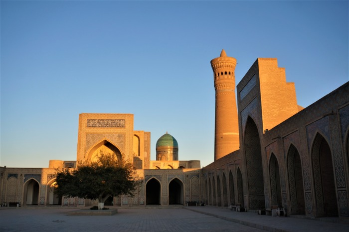 ブハラのカラーンミナレットとモスクの夕刻写真