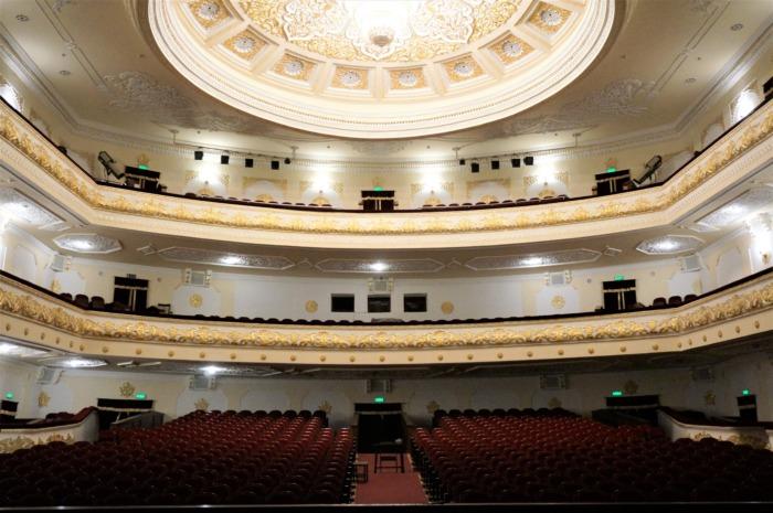 日本人によって建てられたナヴォイ劇場の中