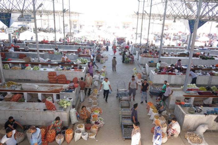 サマルカンドの大きな市場シヨブバザールの野菜売場