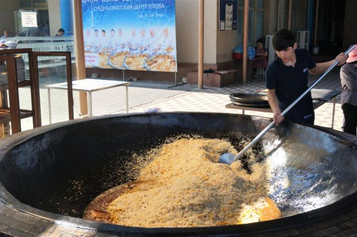 大鍋で炊き込み飯パロフを作る料理人