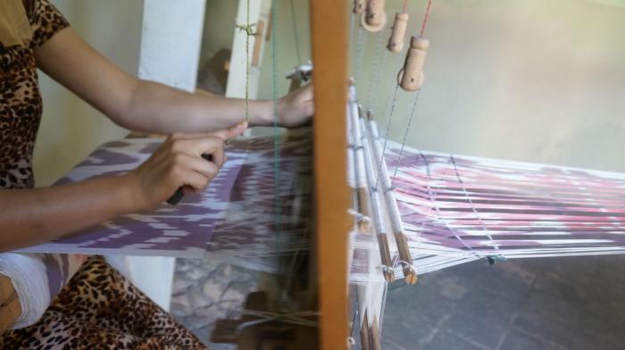 絣生地を織るウズベキスタンの女性
