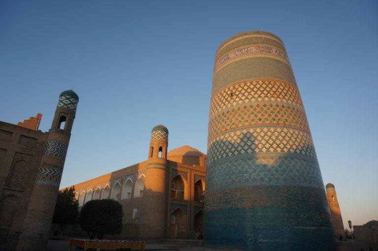ウズベキスタンヒヴァのカルタミノルの朝日写真