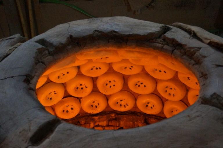 窯で焼くサマルカンドのパン