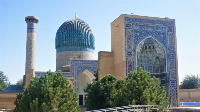 青いドームとアーチのグーリアミール廟