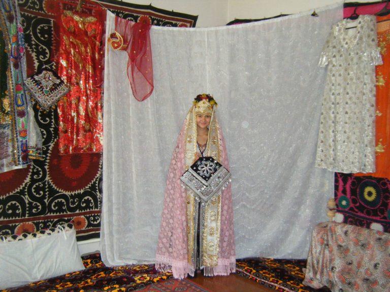 ウズベキスタンサマルカンドの民家の花嫁