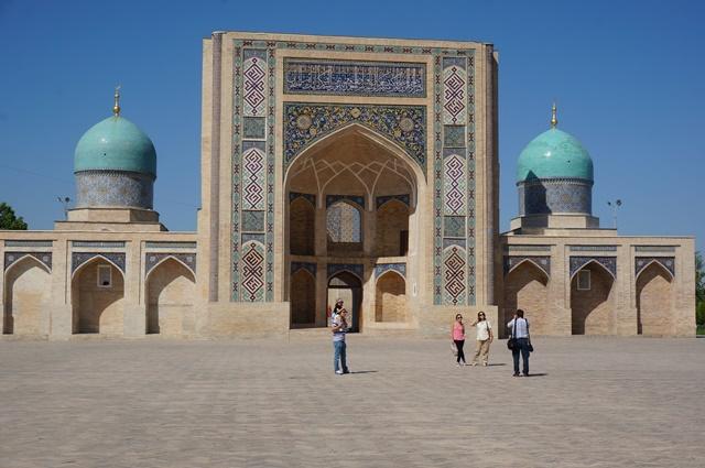 タシケントにある両側に2つのドームをもつイスラム教のバラク・ハン・メドレセ