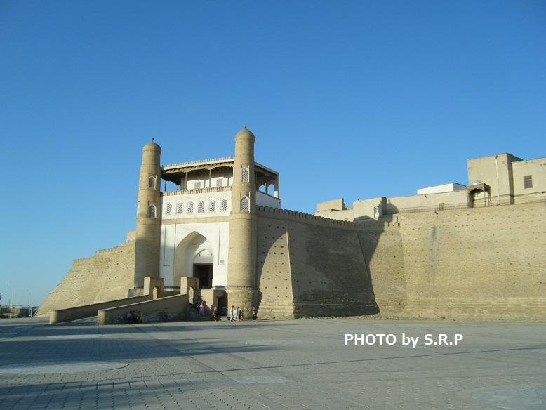 土色の城壁に囲まれているアルク城