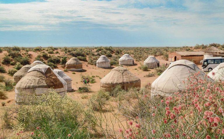 ウズベキスタンのヌラタにあるユルタジャンプ