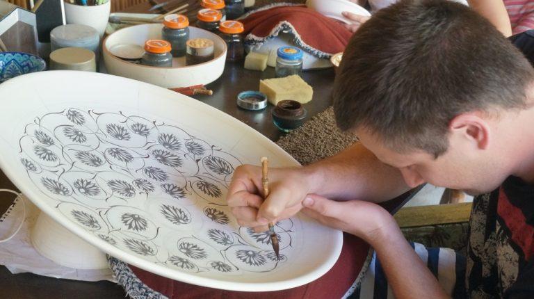 ウズベキスタンのリシタン陶器の柄模様を書いている男性