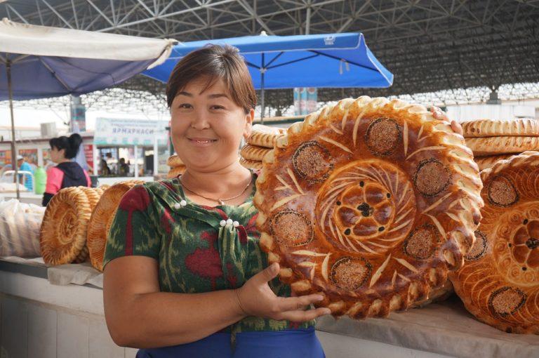ウズベキスタンのフェルガナ地方の大きなパンを売る女性