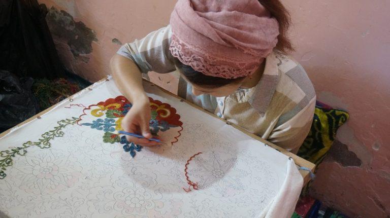 ウズベキスタンのスザニ刺繍をする女の子