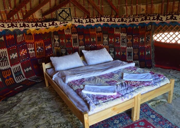 ウズベキスタンのヌラタユルタキャンプの中