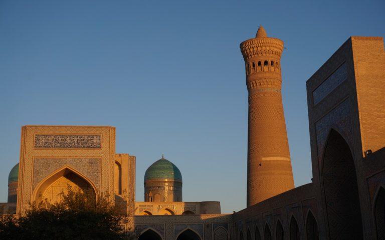 ウズベキスタンブハラの夕日が映るカラーンミナレット