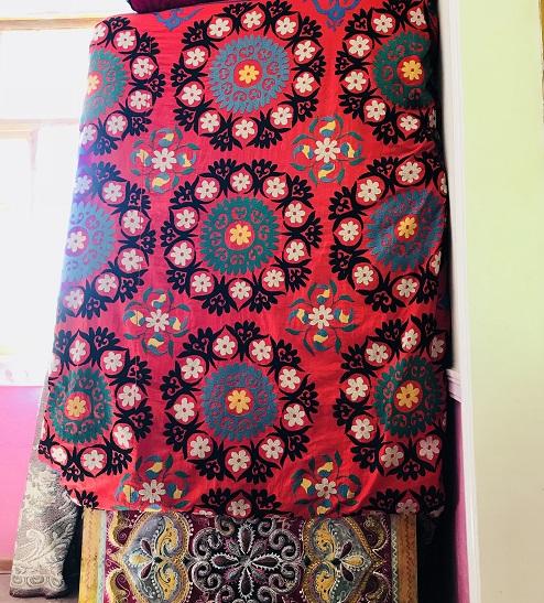 赤い生地のスザニ刺繍