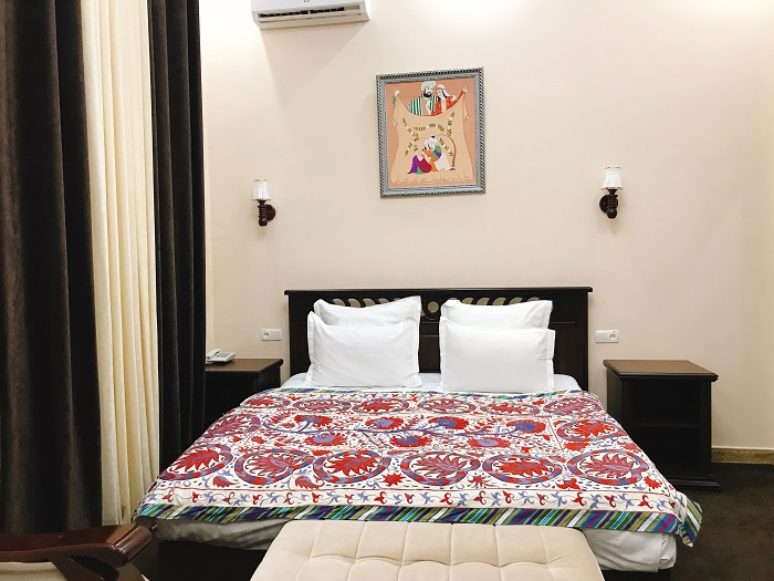 ウズベキスタンのスザニ刺繍のベッドカバー