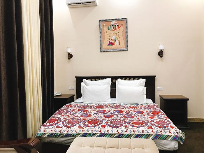 カラフルな刺繍スザニのベッドカバー