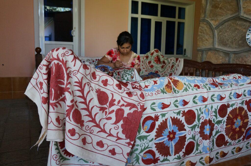 スザニ刺繍と縫う女性